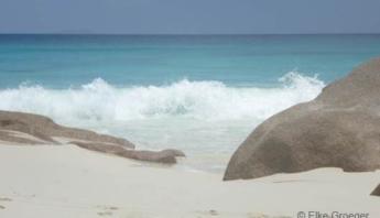 Meer, Strand, Fels in der Brandung